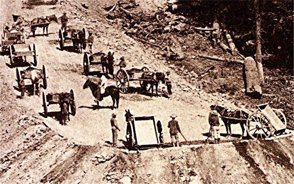 當年華工修築鐵路的場景。(比爾‧喬治提供)