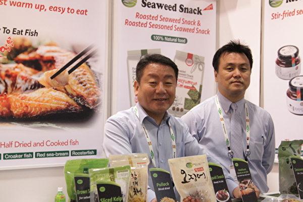 韩国(株)鲜海水产公司(SUNHAE)总裁沈宜宪(Sim Eui-Heon)(左一)。(张岳/大纪元)