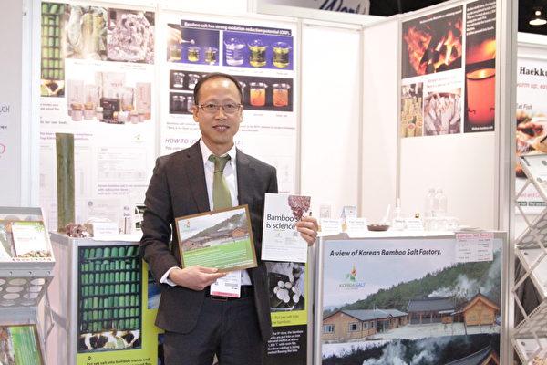 韩国盐公司总裁朴时佑(Si-woo Park)著有《竹盐是科学(Bamboo Salt is Science)》一书。(张岳/大纪元)