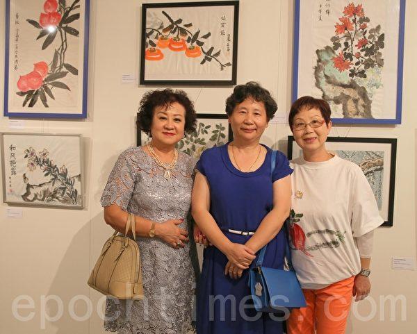 国画班老师Lucy李与学员合影留念。(摄影:何蔚/大纪元)