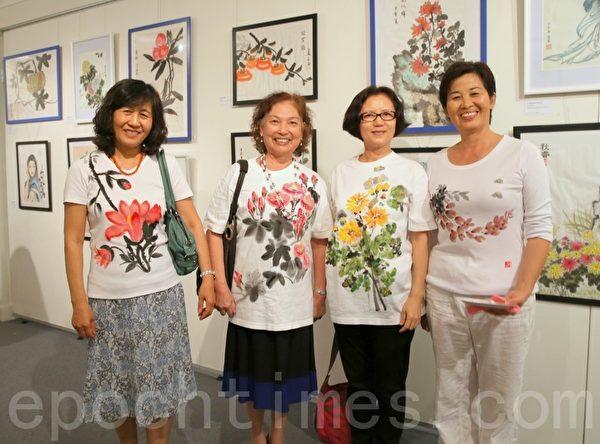 国画班学员穿着自己手绘的体恤衫非常高兴和自豪。(摄影:何蔚/大纪元)