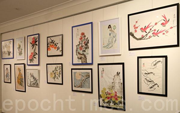 画展上部分亚裔女工展出的作品。(摄影:何蔚/大纪元)