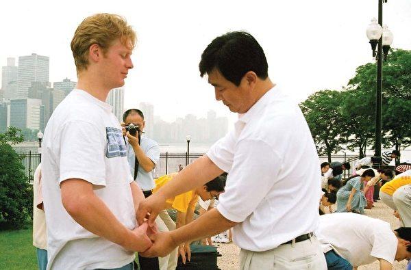 李洪志先生在一九九九年芝加哥法會期間為學員糾正煉功動作。(明慧網)