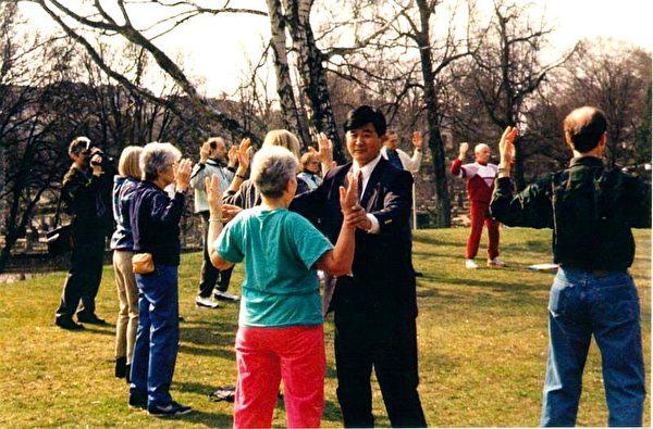 1995年4月在瑞典哥德堡講法班期間,李洪志大師親自教功。(明慧網)