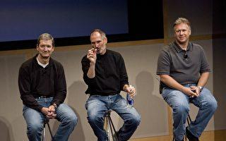 今年3月底將出版的一本關於蘋果的新書中,透露蘋果的首席執行官蒂姆‧庫克(Tim Cook,左)曾提出,要把自己的一部份肝臟捐給垂死的喬布斯(Steve Jobs,中)。 (David Paul Morris/Getty Images)