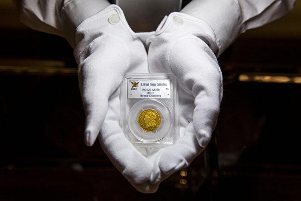 一枚1822年版金质5美元硬币,估价在800-1000万美元之间。(Rob Stothard/Getty Images)