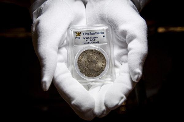 一枚1794年版银质1美元硬币,估价在300-500万美元之间。(Rob Stothard/Getty Images)