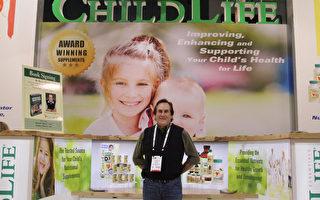 「童年時光(ChildLife)」公司創始人莫里·克拉克博士(Dr. Murray Clarke)在2015年美西天然健康食品展。(張岳/大紀元)
