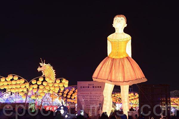 """亚洲大学展示窦加作品""""十四岁的小舞者"""",一度因高度高于主灯遭停灯处分、意外爆红。(苏玉芬/大纪元)"""
