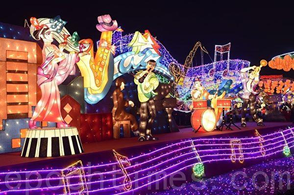 """台湾灯会乌日灯区也巧妙地呈现在地""""台中爵士音乐节"""",特有的节庆场景。(苏玉芬/大纪元)"""