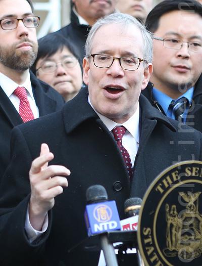 市主計長斯靜格:「今天我們要完成這個任務,讓亞裔不僅慶祝自己的節日,還可以藉此機會教育他人(亞裔文化)。我們呼籲市長守住諾言,把這個亞裔的節日定為假日。」(杜國輝/大紀元)