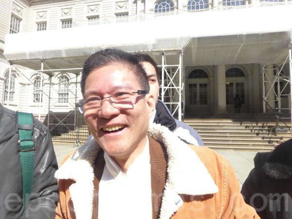 華裔美國酒店協會會長黃華清:「市長將穆斯林兩個節日列為公校假日,對州府通過的中國新年公校假日卻沒有安排。中國有五千年的歷史文化,加上每年紐約華人社區的新年遊行,都是萬人空巷,這些他都視而不見,不予重視。還是對華人選票的關註程度低,對華人說話的分量不重視。」(蔡溶/大紀元)