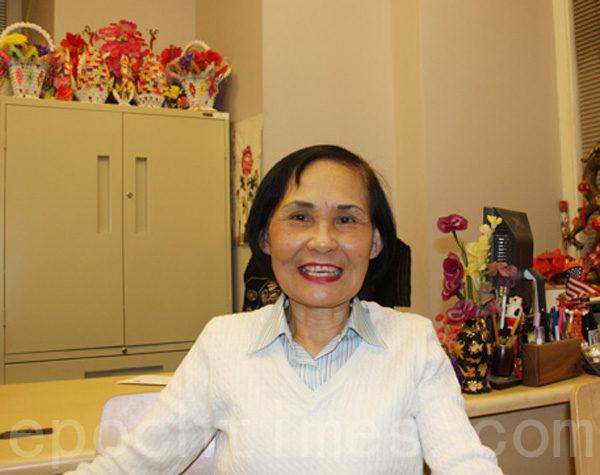 華埠人瑞中心主任伍寶玲:「華人在教育系統表現頂尖,華人付出了這麼多,可是其他族裔的孩子都享有公校假期,亞裔孩子還沒有獲得同樣的機會。白市長了解華人太少,他應該多來華埠。」(蔡溶/大紀元)