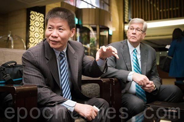 美國基督教團體「對華援助協會」會長傅希秋(左)、美國21世紀威爾伯福斯倡議共同創辦人兼會長埃弗列特(Randel Everett)(右)。(陳柏州/大紀元)