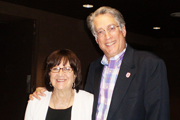 Bradley University传播与艺术学院院长Jeffrey Huberman偕同太太Raquel观看了2015年3月15日下午在皮奥里亚文娱中心的神韵演出之后表示,神韵艺术家非常杰出。(苏月/大纪元)