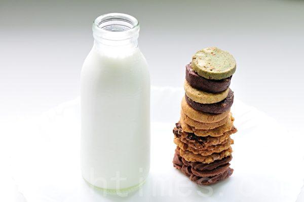 一杯鲜奶 配上营养好吃的手工饼干,为美好一天拉开序幕。(李佩璟/大纪元)