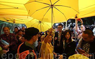 舉凡手持黃傘,爭普選標語者都被禁止入場。(蔡雯文/大紀元)