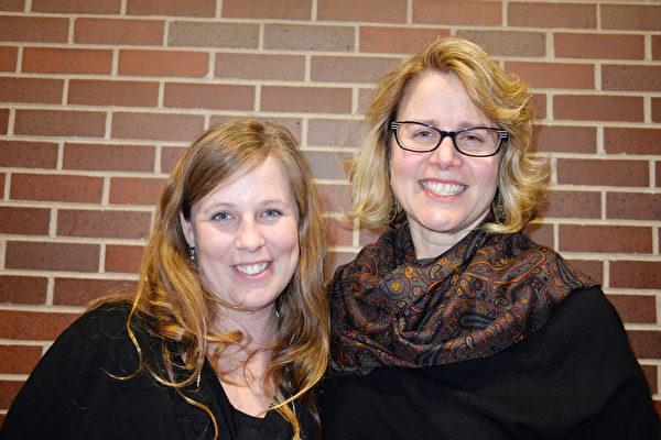 2015年3月14日晚,卡特彼勒公司采购经理Kathy Deener(右)和朋友Erin Watkins观看了神韵巡回艺术团在皮奥里亚文娱中心(Peoria Civic Center)上演的首场演出。(海伦/大纪元)