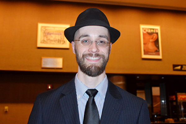 """在一家五金店工作的Andrew Boyd先生3月14日晚观看神韵巡回艺术团在伊利诺伊州皮奥里亚(Peoria)市皮奥里亚文娱中心的演出后表示""""神韵音乐带给我人性的感动""""。(海伦/大纪元)"""