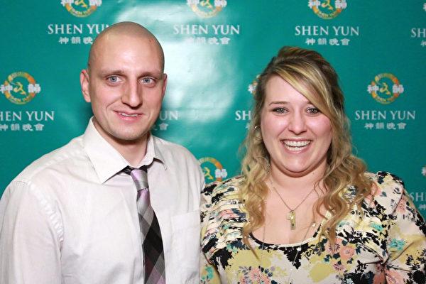 注册营养师Ashley Kozicki和先生Tony观看了2015年3月14日晚在皮奥里亚文娱中心的首场神韵演出之后,称赞精神内涵赋予神韵一个全新的视角。(新唐人截图)