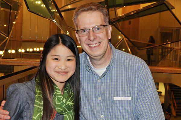 信息技术专家Tim Jones先生和华裔养女Kimball看完神韵演出后,十分兴奋。(乐原/大纪元)