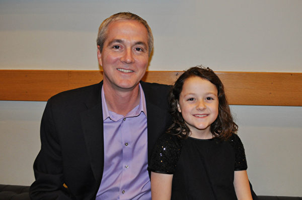 公司总裁Alan Jamieson 先生和正在学跳舞的女儿Gabriel对神韵演出赞叹有加。(乐原/大纪元)