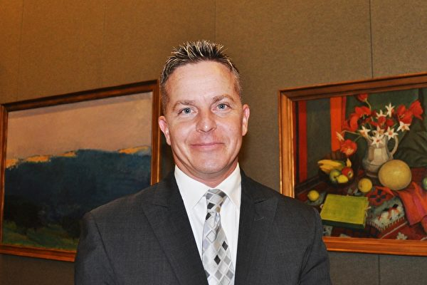 酒店经理Steve Fischer 先生对神韵演出的中国古典舞印象非常深刻。(乐原/大纪元)