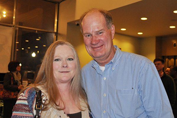 数据库管理员Mike Mullane 先生和医生太太Laura Chalmers对神韵演出赞赏不已。(乐原/大纪元)