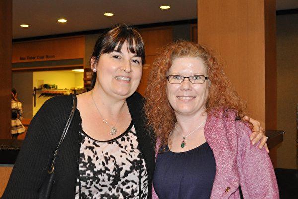 房地产评估公司老板Jennifer Powell(右)与友人Michelle Rombow女士为神韵的风采所倾倒。(乐原/大纪元)
