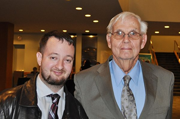 Matthew Sneath先生与父亲一起前来观看神韵演出。Sneath先生激动地表示,神韵代表永存的希望,是神赐予人类的礼物。(乐原/大纪元)