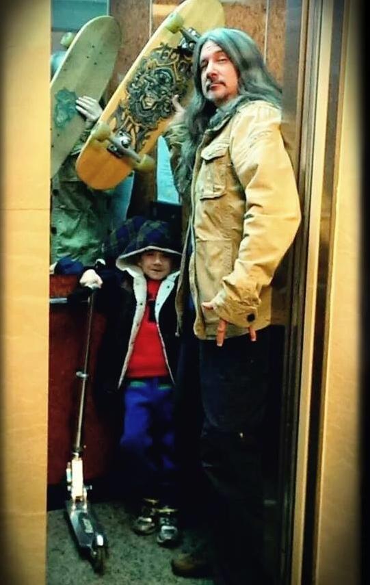 马修连恩带儿子去玩滑板。(Better-One提供)