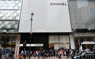18日开始Chanel全部经典款式手袋、boy Chanel、经典银包在香港开始永久减价,大约是减20%,吸引民众大牌长龙。(宋祥龙/大纪元)