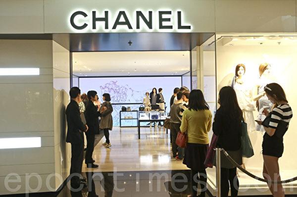 18日开始Chanel全部经典款式手袋、boy Chanel、经典银包在香港开始永久减价,大约是减20%,吸引民众大牌长龙。(余钢/大纪元)