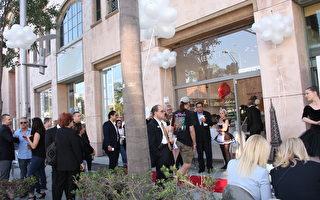 来到洛杉矶旅游的华裔民众参加比弗利山庄甜品店的周年庆活动。(徐绣惠/大纪元)