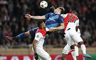 阿森纳因客场进球劣势被摩纳哥淘汰。图为双方拼抢瞬间。(VALERY HACHE/AFP/Getty Images)