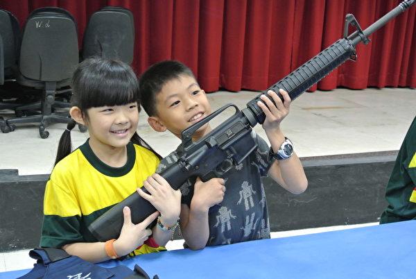 学童拿着长枪不放(徐乃义/大纪元)