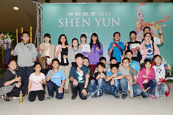 台中市追分国小张老师和班上五年级学生观赏演出。(苏玉芬 / 大纪元)