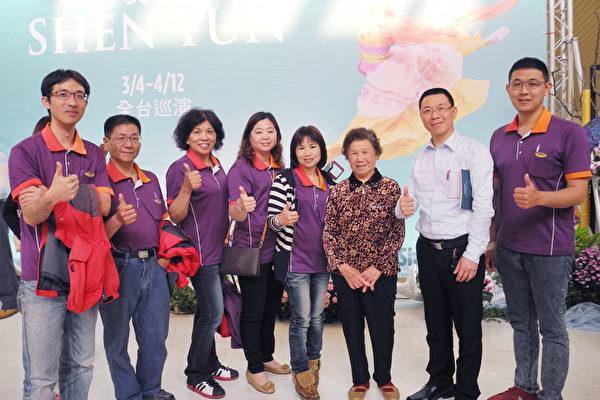 东森房屋和美加盟店店长姚祯祥(右2)率员工一起看神韵。(龙芳/大纪元)