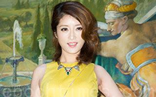 台语金曲歌后李娅莎3月19日在台北发表新专辑《希望幸福》,笑称妈妈要她35岁结婚,积极安排相亲。(陈柏州/大纪元)
