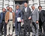南加州律师邓尼鲍尔(前左三)和鱼翅案原告们参加联邦上诉法庭听证。(李文净/大纪元)