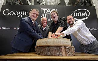 2015年3月19日,瑞士奢侈名表品牌泰格豪雅(TAG Heuer)宣布與美國矽谷巨頭谷歌及英特爾合作開發智能手錶,進軍消費電子產品市場。圖為當天發布會上泰格豪雅總幹事塞蒙(Guy Semon)、泰格豪雅CEO比弗(Jean-Claude Biver)、英特爾新設備總經理貝爾(Michael Bell)和谷歌的安卓可穿戴裝置工程總監辛格爾頓(David Singleton)。(FABRICE COFFRINI/AFP/Getty Images)