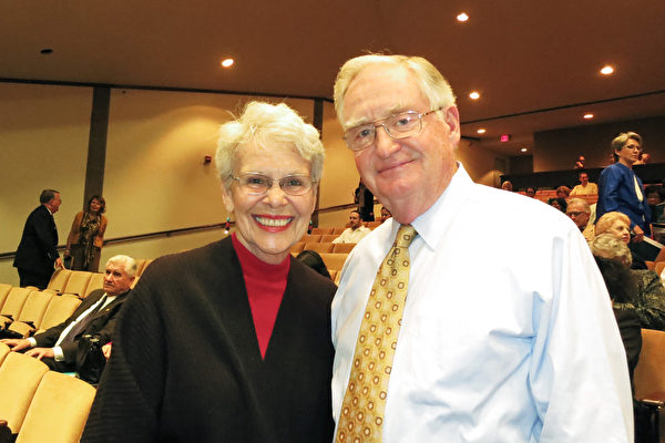 2015年3月19日,Stan Winford和Jean Winford夫妇在美国密西西比州杰克森市观赏神韵演出。(林南/大纪元)