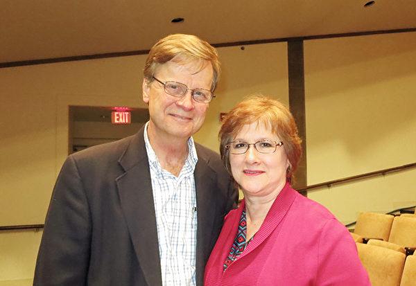 Ben Mokry先生和太太3月19日一起观看了神韵演出。(林南/大纪元)