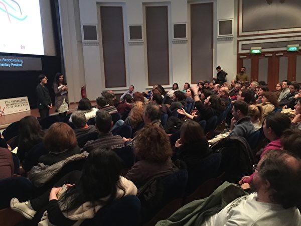希臘第17屆THESSALONIKI記錄片電影節於3月13~22日在THESSALONIKI市亞理斯多德廣場奧林匹亞大廈Pavloszannas劇場舉行。3月17日晚在有約200個座位的Pavloszannas劇場首場放映《超越恐懼》。電影票在演出前全部售空。在演出結束後,觀眾沒有離去,影片的製作人和導演馬文璟在現場翻譯的幫助下回答觀眾的問題。(傑森/大紀元)