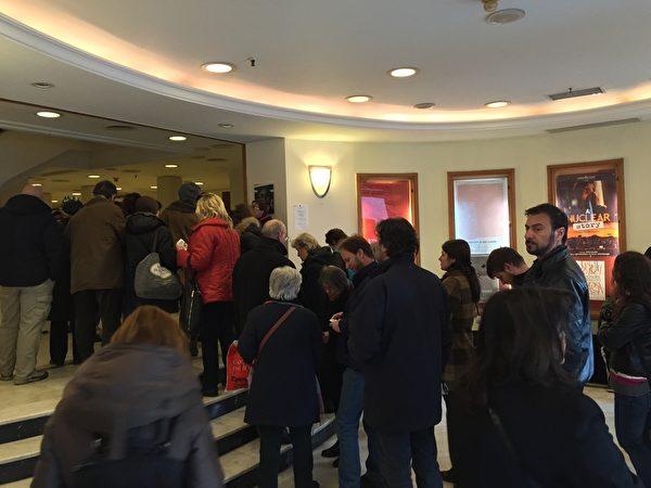希臘第17屆THESSALONIKI記錄片電影節於3月13~22日在THESSALONIKI市亞理斯多德廣場奧林匹亞大廈Pavloszannas劇場舉行。3月18日下午6點,《超越恐懼》第二場放映被安排在該電影節最大的有600多座位的奧林匹亞劇院。圖中許多早到的觀眾排隊等待入場。(傑森/大紀元)