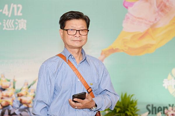 台中市科和有限公司负责人邱大进观赏3月21日的神韵演出。(苏玉芬/大纪元)