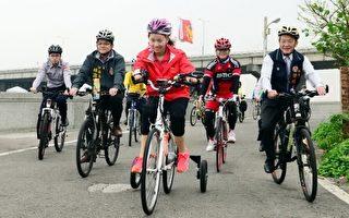 折翼天使郭韦齐为警察传爱,单车环岛骑进苗栗。(苗县府/提供)