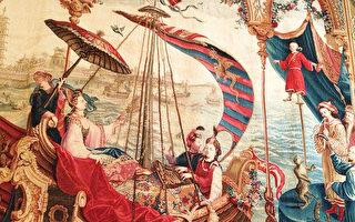 法國掛毯之一《皇后的海上出遊》局部圖,法國藝術家想像描繪順治皇后海上出遊,三位樂師琴師隨行的畫面。(Juliet Zhu/大紀元)