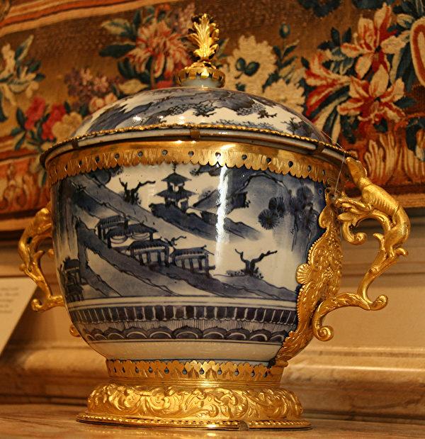 以精美工艺著称的康熙年间陶艺,辅以法国鎏金装饰,更显高贵典雅。(Juliet Zhu/大纪元)