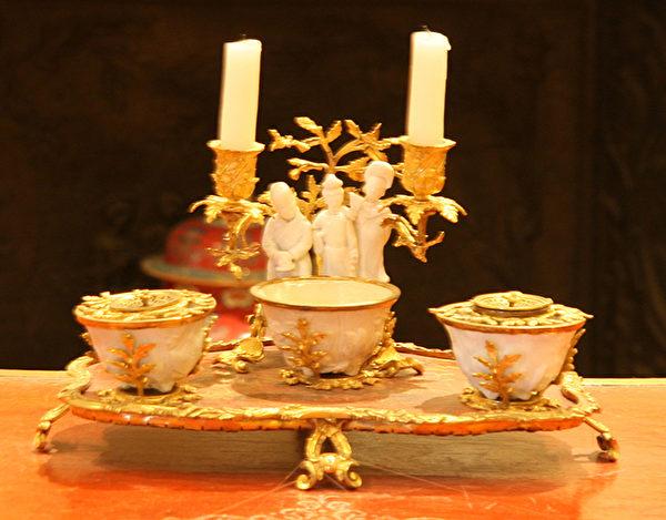 康熙年间陶艺,辅以法国鎏金装饰,更显高贵。(Juliet Zhu/大纪元)